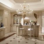 Огромная люстра по центру кухни-столовой