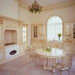 Обеденная зона на кухне с высоким потолком