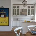 Яркий постер на стене кухни