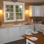 Кухонная мойка перед окном в частном доме