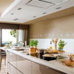 Живые цветы в интерьере современной кухни