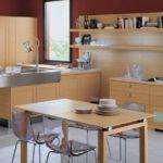 Интерьер кухни с выделенной обеденной зоной