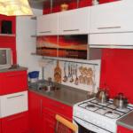 Красно-белый гарнитур в кухне 9 квадратов