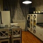 Уютная кухня с серыми занавесками