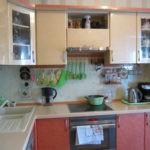 Г-образная кухня с мойкой в углу