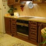 Красивый орнамент на керамическом полу кухни