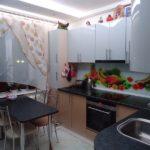 Кухонный стол с черной столешницей