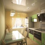 Небольшая кухня с глянцевым потолком