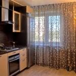 Оформление кухонного окна занавесками до пола