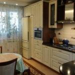 Фото реальной кухни с холодильником у окна