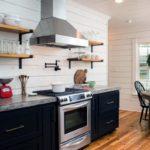 Открытые полки на стене кухни с вытяжкой
