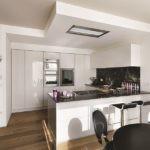 встроенная вытяжка на потолке кухни