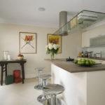 Стеклянная панель над кухонным островом