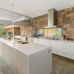 Каменная отделка кухонной стены