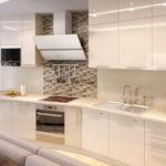 Дизайн светлой кухни с глянцевыми фасадами