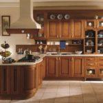 Классическая кухня с деревянной мебелью