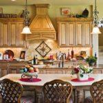 Красивая кухня с обеденным столом