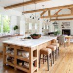 Деревянные балки стропильной конструкции в кухне гостиной