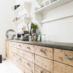 Линейная кухня без подвесных шкафов
