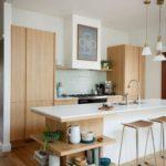 Удобные полочки в кухонном острове