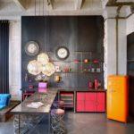 Бетонные балки на потолке кухни