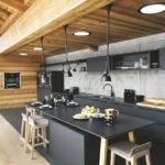 Черная мебель на кухни с деревянным потолком