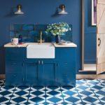 Белая мойка в синей тумбе на кухне гостиной