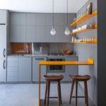 Оранжевые полки в интерьере кухни