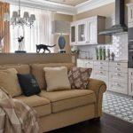 Декоративные подушки на бежевом диване