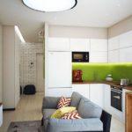 Белый гарнитур на кухне с зеленым фартуком