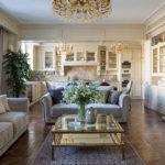 Интерьер классической кухни-гостиной с камином