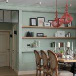 Деревянные полки с фотографиями на стене мятного цвета