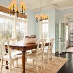Белые стулья за коричневым столом для обедов