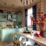 Сухие ветки с листьями в вазе на кухонном столе