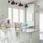 настенные светильники над кухонной мойкой