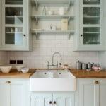 Открытые полки на стене кухни