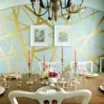 Золотистые полосы на стене мятного цвета