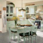 Светло-серый пол в большой кухне