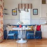 Синяя чехол на прямом диване в кухне частного дома