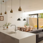 Кухня-гостиная с серым диваном