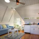 Голубой диван в кухне дачного домика