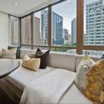 Большой диван перед панорамным окном кухни