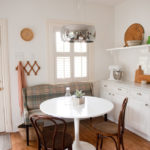 Диван-кушетка на кухне в деревенском стиле