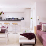 прямой диван с подушками в белой кухне
