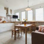 Классический диван у стены кухни в белом цвете