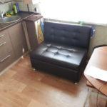 Маленький диванчик около окна малогабаритной кухни