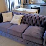 Светлые подушки на темном диване