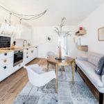 Дизайн белой кухни с узким диваном