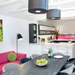 интерьер кухни-гостиной с малиновым диваном