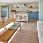 Деревянная лавка возле кухонного стола